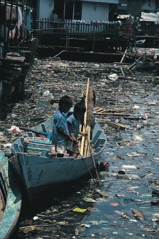 bilde av barn som padler i forruensa vann i japan