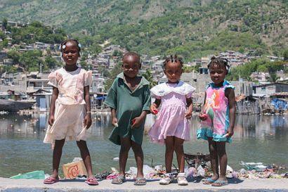 bilde av barn i haiti ved en innsjø