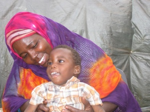 Flykningemor med sin sønn som er funksjonshemmed, i Bunj i Sør-Sudan 2012.  Foto: BBC World Service/Flickr