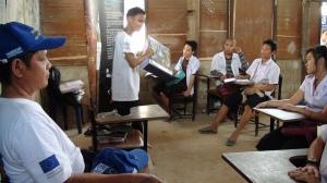 Handicap International underviser flyktninger i hvordan de skal videreformidle sin kunnskap om hvordan man unngår å bli skadet av landminer og lignende eksplosiver.  Foto: EU Humanitarian Aid and Civil Protection/Flickr.