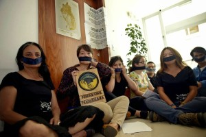 """Protester mot nedleggelsen av organiasjonen Fundación Pachamama, utenfor deres lukkede dører.  Foto: Estuardo Vera fra lokalavisen """"El Universo""""."""