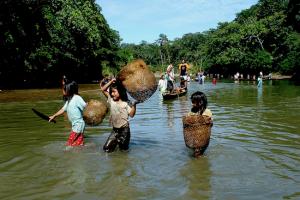 Sarayakufolket lever mye av å fiske. Dette bildet er fra Bobonaza River, Sarayaku.  Foto: Fundación Pachamama.