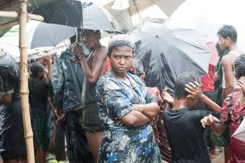 bilde av en royhinga kvinne i regnet